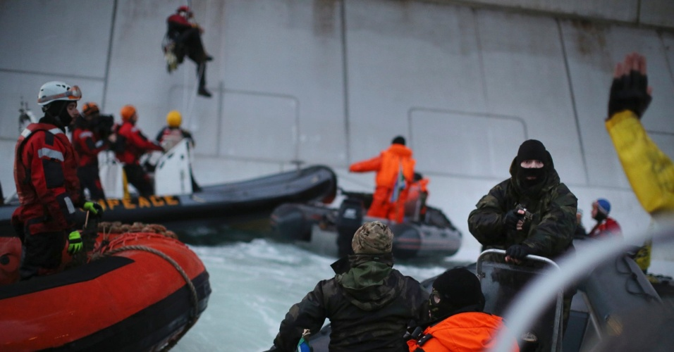 18.set.2013 - Ativistas do Greenpeace escalam plataforma de extração de petróleo da empresa russa Gazprom, no Ártico, em algum ponto ao norte do país, no mar de Pechora. A organização pede que a empresa pare de explorar petróleo no ambiente ártico, extremamente sensível, segundo eles