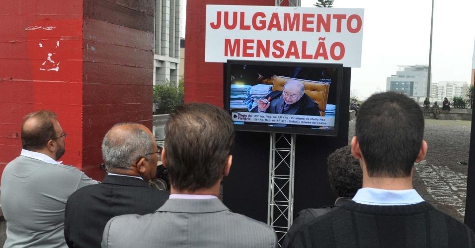 18.set.2013 - Julgamento do mensalão é transmitido ao vivo direto de Brasília, no vão livre do Masp, na avenida Paulista, em São Paulo, nesta quarta-feira (18). O programa de televisão