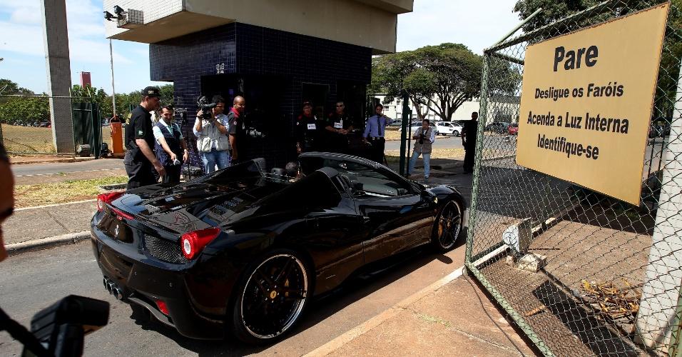 19.set.2013 - A Ferrari apreendida durante a Operação Miqueias, da Polícia Federal, está avaliada em R$ 1,5 milhão e chega à sede do órgão, em Brasília. A ação cumpre 102 mandados judiciais e apreendeu ainda um iate avaliado em 2,6 milhões de dólares e 14 carros de luxo