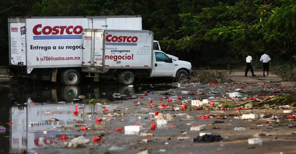 19.set.2013 - Caminhões ficam parados fora de uma loja em Acapulco, México. Muitas pessoas continuam isoladas por conta das inundações provocadas pelo furacão Ingrid