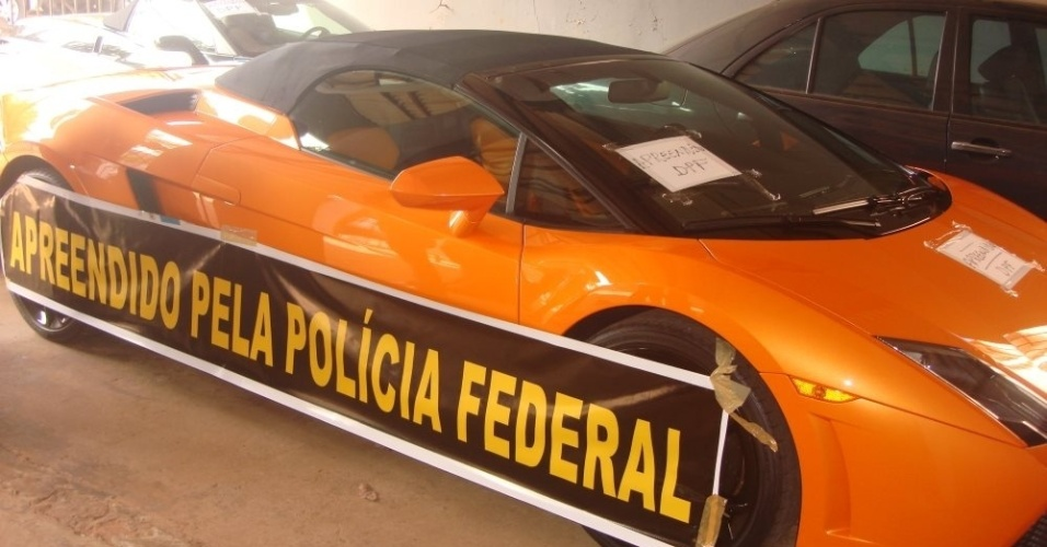 19.set.2013 - Este Lamborghini Gallardo Spyder, avaliado em R$ 1,6 milhão, foi um dos 15 carros de luxo apreendidos pela Polícia Federal e levados para a superintendência do órgão, em Brasília, durante a Operação Miqueias, deflagrada nesta quinta-feira (19). Além deles a polícia apreendeu um iate avaliado em US$ 2,6 milhões. Na ação, foram cumpridos 27 mandados de prisão (5 preventivas e 22 temporárias) e 75 mandados de busca e apreensão no Distrito Federal em mais nove Estados. A operação é de repressão à lavagem de dinheiro e à má gestão de recursos de entidades previdenciárias públicas