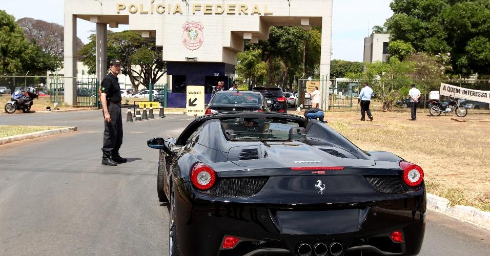 19.set.2013 - Ferrari apreendida durante a Operação Miqueias, da Polícia Federal, contra lavagem de dinheiro e má gestão de recursos de entidades previdenciárias públicas, é levada para a superintendência da PF em Brasília. A ação cumpre 102 mandados judiciais e apreendeu ainda um iate avaliado em 2,6 milhões de dólares e 14 carros de luxo, além da Ferrari