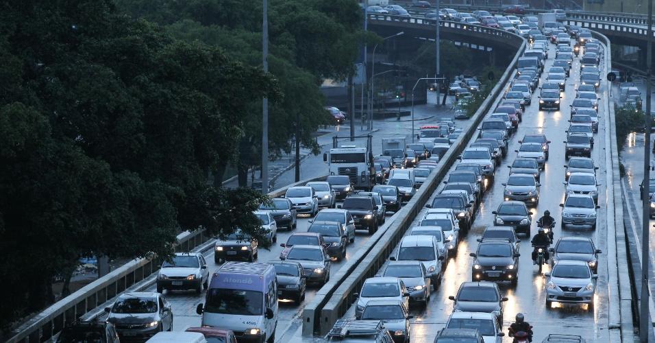 19.set.2013 - Ligação leste-oeste de São Paulo, registra trânsito intenso perto do bairro da Liberdade, região central da cidade, na manhã desta quinta-feira (19). O trânsito na capital enfrentou mais de 100 semáforos desligados ou intermitentes por causa da chuiva, o que causou congestionamento em diversos pontos