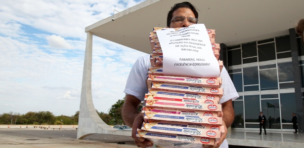 Manifestantes do Movimento Novo Brasil fazem protesto entregando pizzas na sede do STF