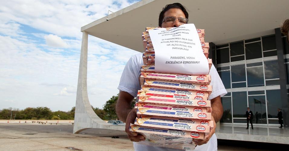 19.set.2013 - Manifestantes do Movimento Novo Brasil fazem protesto entregando pizzas na sede do STF (Supremo Tribunal Federal). Foram deixadas próximo a entrada principal 37 pizzas, uma para cada réu do processo mensalão