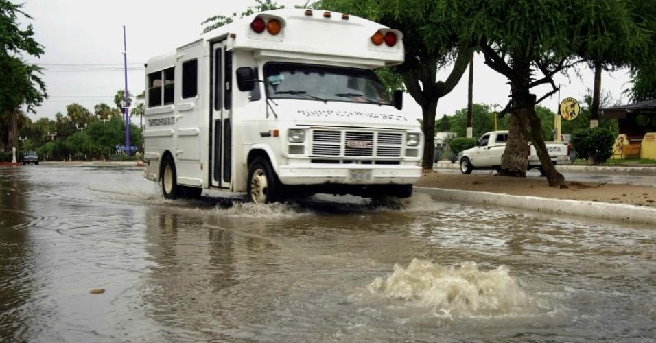 """19.set.2013 - Um caminhão atravessa área alagada após as chuvas provocadas pelo furacão ?Manuel"""" na cidade de Los Cabos, México. Ao menos 80 pessoas morreram e 58 continuam desaparecidas"""