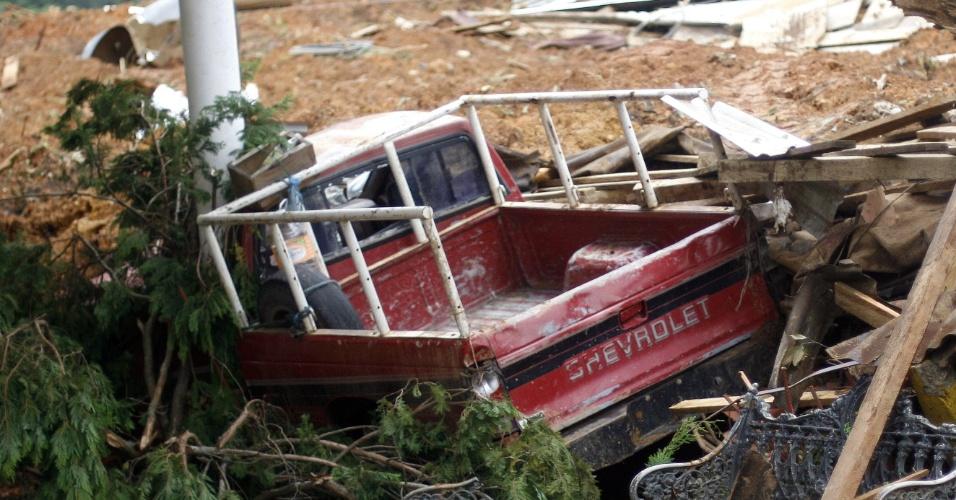 19.set.2013 - Um caminho ficou coberto por escombros nesta quinta-feira (19) em La Pintada, no Estado de Guerreiro, no México. A tempestade tropical Manuel atingiu a costa leste noroeste do México com fortes chuvas