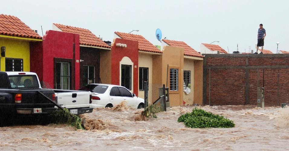 19.set.2013 - Um homem observa rua inundada em Culiacan, , nesta quinta-feira (19). A tempestade tropical Manuel atingiu a costa leste noroeste do México com fortes chuvas