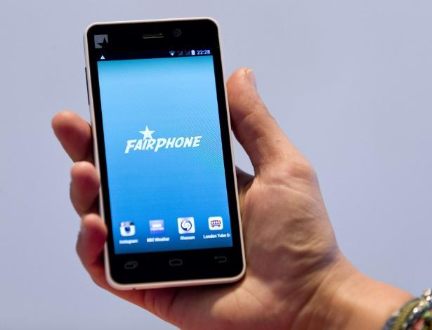 """Equipado com sistema Android, o FairPhone é um celular inteligente idealizado pelo designer holandês Bas van Abel. O objetivo dele é produzir aparelhos """"justos"""", que não usem tantos minerais extraídos de regiões em guerra e que seja reciclável. O protótipo, que ainda está em fase de arrecadação de fundos, tem tela de 4,3 polegadas, duas câmeras (uma traseira de 8 megapixels e uma frontal de 1,3 megapixel), processador quad-core (quatro núcleos) de 1,2 GHz e 16 GB de capacidade de armazenamento . Quem se interessar por um, pode adquirir na página fairphone.com por 325 euros (cerca de R$ 968), mas só vai receber no fim do ano"""