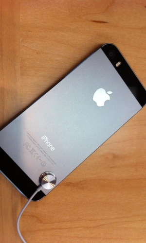 20.set.2013 - Com as exatas dimensões de seu antecessor, o iPhone 5s se diferencia visualmente pelas cores - saem as opções preto e branco, entram chumbo (foto), prata e dourado. Este último modelo traz um dourado bastante sutil, refinado, passando longe do estilo espalhafatoso que essa característica pode sugerir. No 5s, o botão Home também ganha uma borda dourada ou prateada, de acordo com o tom do aparelho.