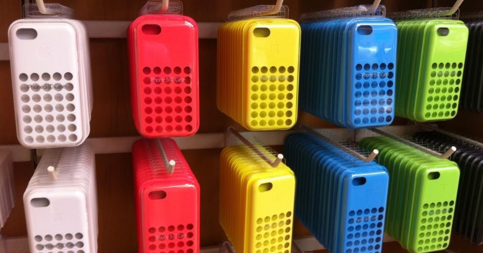 20.set.2013 - Como o destaque dessa versão está nas cores, a Apple lançou uma série de capinhas também coloridas para usar com o iPhone 5c. Cada capa custará US$ 29 (R$ 67)