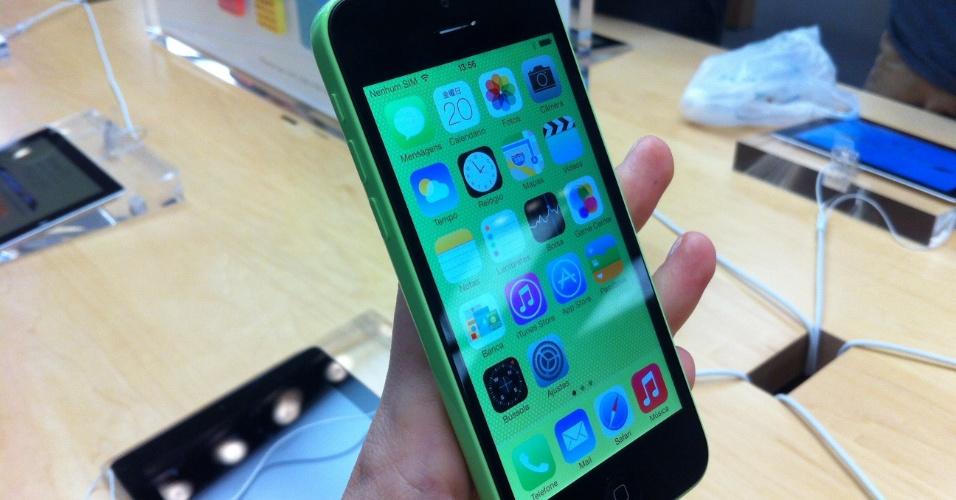 20.set.2013 - O iPhone 5c chega ao mercado como substituto do iPhone 5, que deixará de ser vendido com o lançamento dessa nova geração. Bastante parecido no funcionamento com a versão anterior, ele tem como chamariz o preço (atrelado a pacotes de fidelidade) e as cores chamativas - algo que a Nokia faz há anos com a família Lumia