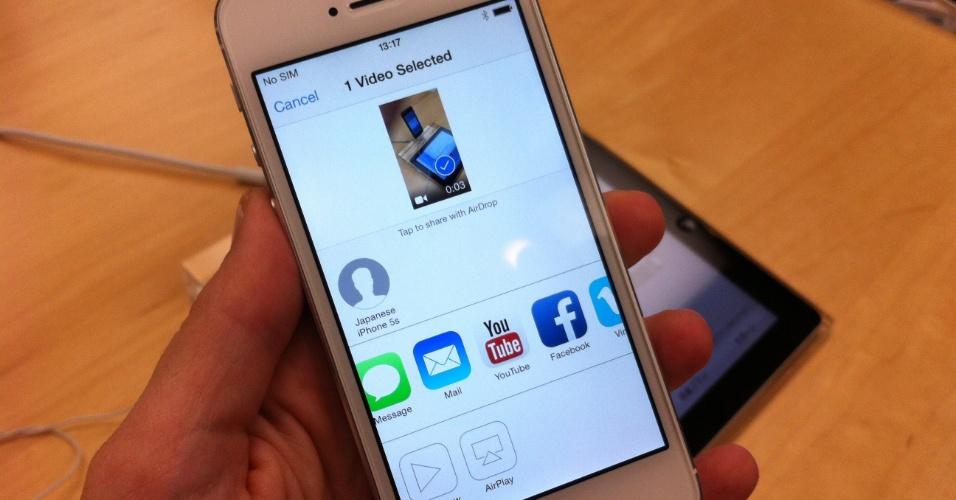 20.set.2013 - Sistema operacional iOS 7 permite fácil compartilhamento de vídeo via redes sociais, e-mail e mensagem