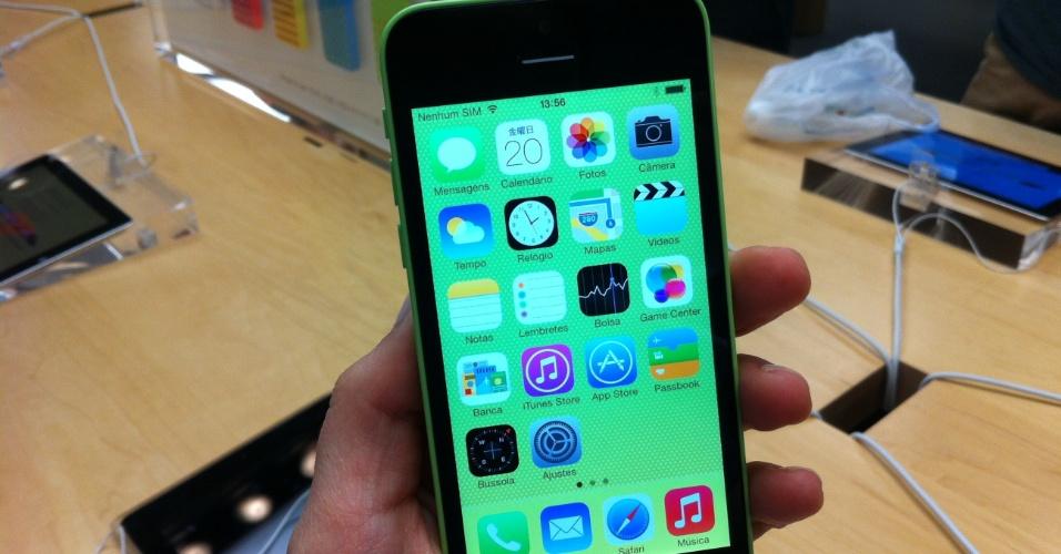 A estrutura do iPhone 5c é de plástico, mas a sensação ao tocá-lo faz lembrar uma fórmica. Ele está disponível em branco e quatro cores bastante vivas (verde, azul, rosa e amarelo), que podem ser mantidas na tela inicial do aparelho. Assim, o modelo com carcaça verde usa tela verde, por exemplo.