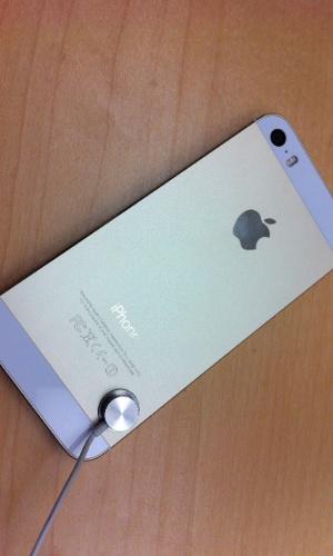 20.set.2013 - Com as exatas dimensões de seu antecessor, o iPhone 5s se diferencia visualmente pelas cores - saem as opções preto e branco, entram chumbo, prata e dourado (foto)