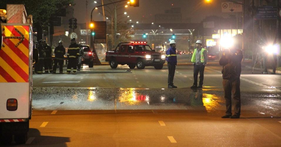 21.set.2013 - A rua Melo de Freire (continuação da avenida Radial Leste), no bairro do Tatuapé, em São Paulo, ficou interditada por causa de um vazamento de gás em obra no local