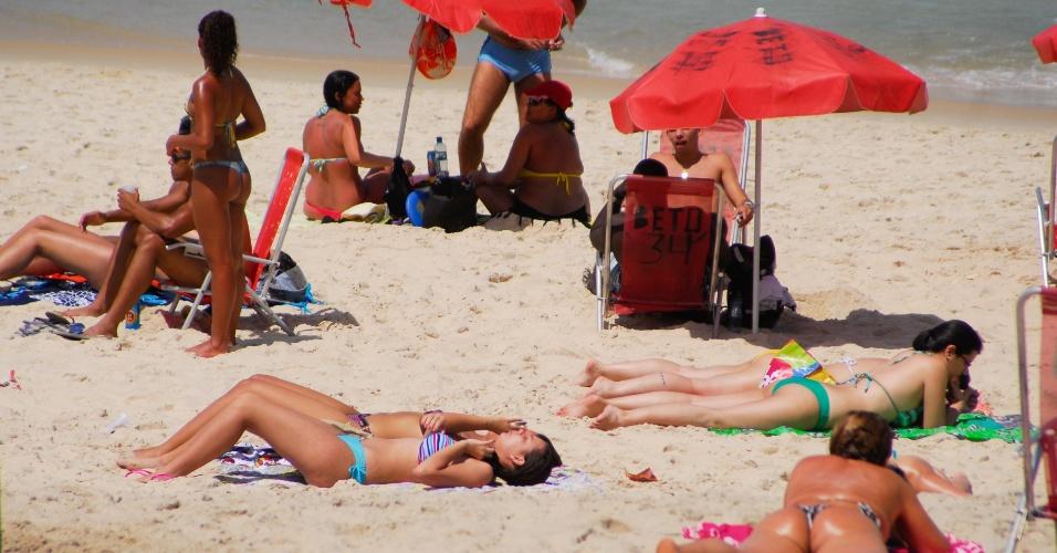 21.set.2013 - Cariocas e turistas aproveitam praia de Ipanema, zona sul do Rio de Janeiro, na manhã deste sábado (21), último dia do inverno. A temperatura máxima para o dia na cidade é de 35ºC