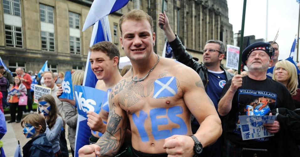 """21.set.2013 - Manifestante favorável à independência da Escócia pinta a palavra """"sim"""" no corpo durante protesto em Edinburgo, na Escócia. O país terá um referendo para decidir se se tornará independente do Reino Unido"""