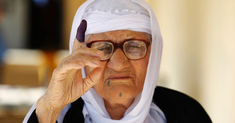 21.set.2013 - Mulher curda mostra dedo manchado de tinta após registrar voto durante eleições parlamentares regionais, em um posto de votação em Erbil, capital da região autônoma do Curdistão, cerca de 350 km ao norte de Bagdá, no Iraque. Os curdos foram às urnas para eleger um novo parlamento em uma eleição que está sendo considerada a mais importante na história dos poderes políticos iraquianos curdos