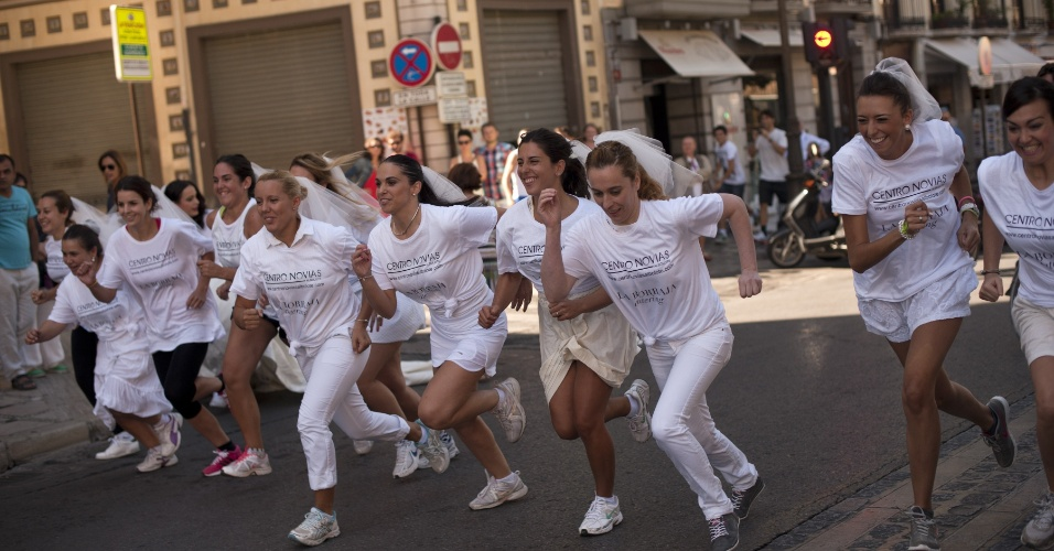 """21.set.2013 - Noivas correm durante o evento """"Fuga de Noivas"""" em Granada, na Espanha. A vencedora terá a cerimônia e a festa de casamento pagos pelos organizadores do evento"""