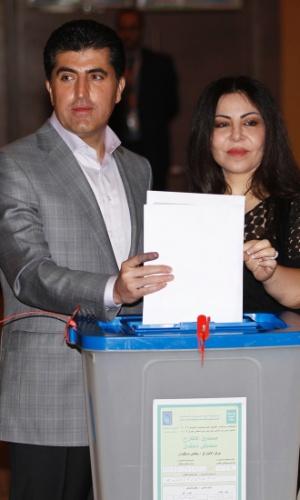 21.set.2013 - O primeiro-ministro do Curdistão (região autônoma do Iraque), Nechirvan Barzani, e a mulher, Nabila, votam durante eleições parlamentares em Arbil