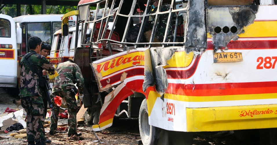 21.set.2013 - Policiais buscam por fragmentos e resíduos depois de explosão de bomba que destruiu ônibus e matou três pessoas em Zamboanga (Filipinaa).