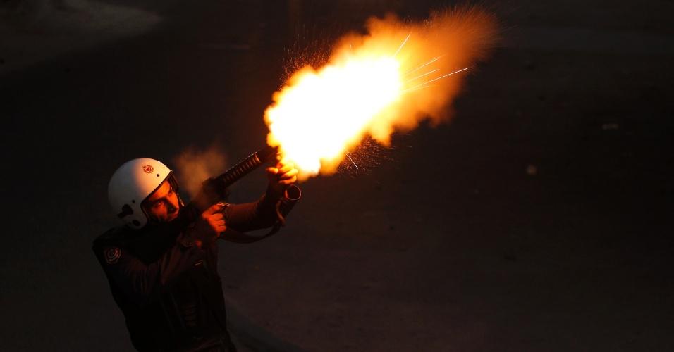 21.set.2013 - Policial da tropa de choque dispara bombas de gás lacrimogêneo contra  manifestantes anti- governo durante confronto na aldeia de Maqusha, a oeste de Manama, no Bahrein . Dezenas de manifestantes protestaram contra a prisão do político de oposição Khalil al- Marzouq pelas autoridades do Bahrein