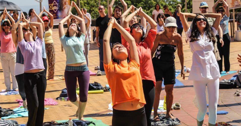 21.set.2013 - Praticantes de yoga e meditação participam de evento organizado pela Amyoga (Associação Mineira de Yoga) em comemoração ao Dia Nacional de Yoga, na praça do Papa em Belo Horizonte, na manhã deste sábado (21)