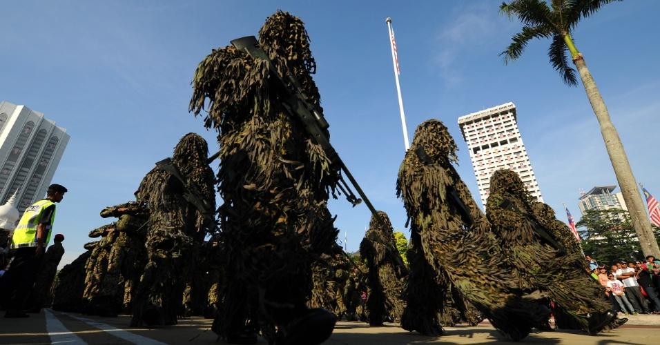 21.set.2013 - Soldados camuflados marcham durante o Dia do Exército em Kuala Lumpur, na Malásia. O Exército da Malásia celebrou o seu 80º aniversário com um grande desfile militar e uma exposição de equipamentos militares na histórica Praça da Independência