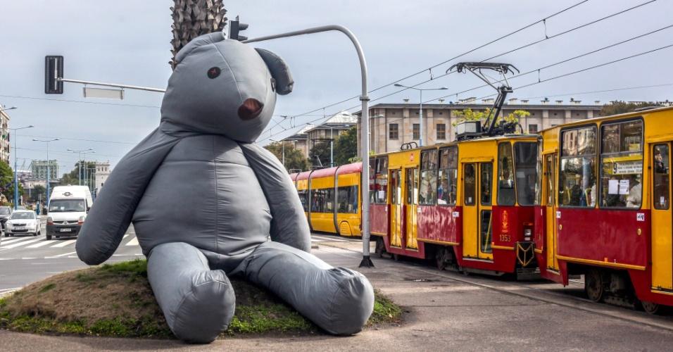 """21.set.2013 - Urso de pelúcia gigante apelidado de """"Amigo Público"""", feito pela artista Iza Rutkowska, é deixado em rua do centro de Varsóvia, na Polônia. O objetivo do artista é que as pessoas subam no urso e o abracem"""