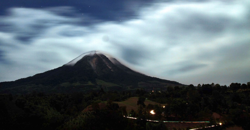 21.set.2013 - Vulcão Sinabung expele cinzas durante erupção na ilha de Sumatra (Indonésia).