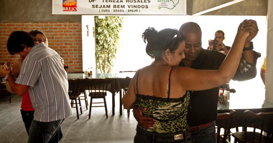 O casal de médicos cubanos Alberto Vicente e Teresa Rosales dançam forró em recepção em Brejo da Madre de Deus (PE)