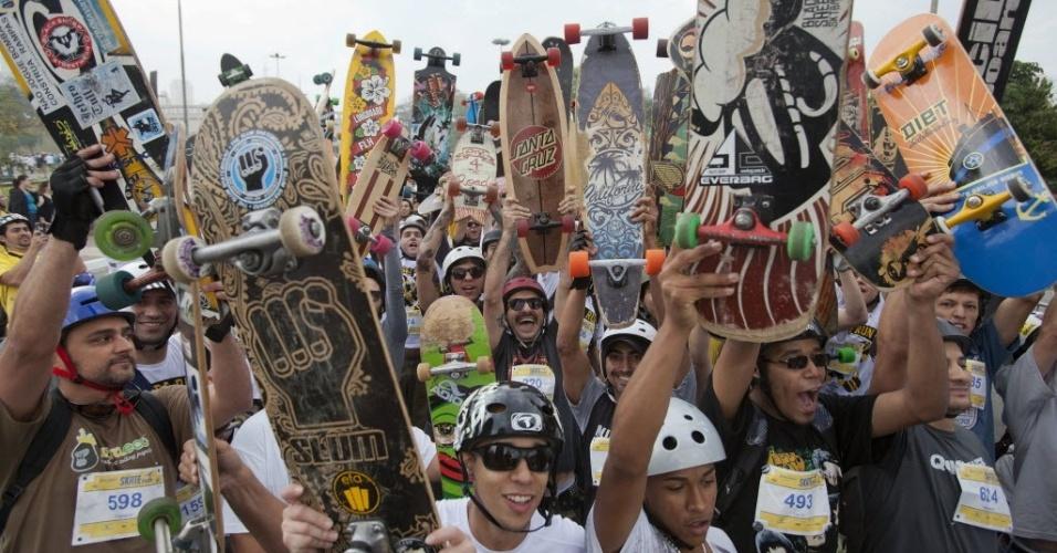 """22.set.2013 - Centenas de skatistas participam do """"Skate Run"""", corrida de skate de 8 km que marca o Dia Mundial Sem Carro e tenta bater o recorde da maior corrida da modalidade do mundo. O evento também faz parte da Virada Esportiva e ocorreu na praça Charles Müller, próximo ao estádio do Pacaembu, zona oeste de São Paulo"""