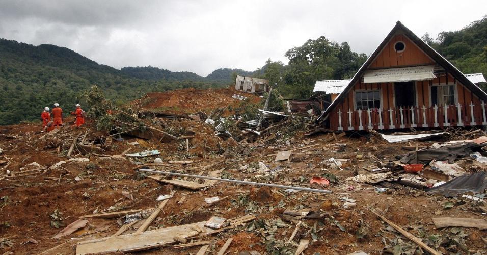 22.set.2013 - Equipe de resgate procura por vítimas após deslizamento de terra em La Pintada, no Estado de Guerrero, no México
