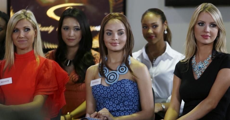 23.set.2013 - Da esquerda para a direita, as misses Bélgica, Noemie Happart, Botsuana, Rosemary Keofitlhetse, e Brasil, Sancler Frantz Konzen, também participam de programa de televisão em Bali, na Indonésia, durante a programação para o Miss Mundo 2013, que será disputado neste sábado (28)