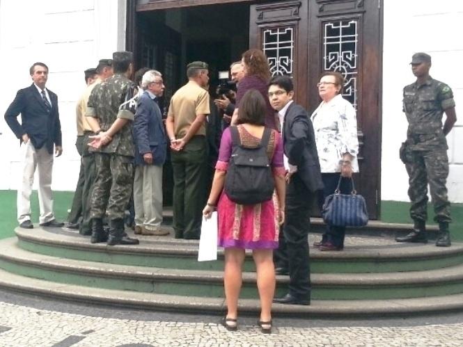 23.set.2013 - Parlamentares federais da Comissão da Verdade, entre elas a deputada federal Luiza Erundina (PSB-SP) (segunda da direita para a esquerda), e representantes do Ministério Público visitam nesta segunda-feira (23), o prédio onde funcionava o DOI-Codi, na Tijuca, na zona norte do Rio de Janeiro. O deputado federal Jair Bolsonaro (PP-RJ) (primeiro à esquerda), que é radicalmente contrário aos trabalhos da comissão, disse estar no local como forma de protesto. O senador Randolfe Rodrigues (PSOL-AP) afirmou ter sido agredido por Bolsonaro após discussão