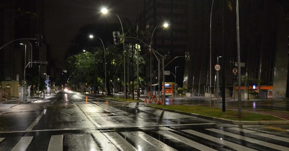 23.set.2013 - Semáforos apagados na avenida Faria Lima, em São Paulo, na madrugada desta segunda-feira (23), por causa da forte chuva que atingiu a região. A capital amanheceu com 95 semáforos com problemas