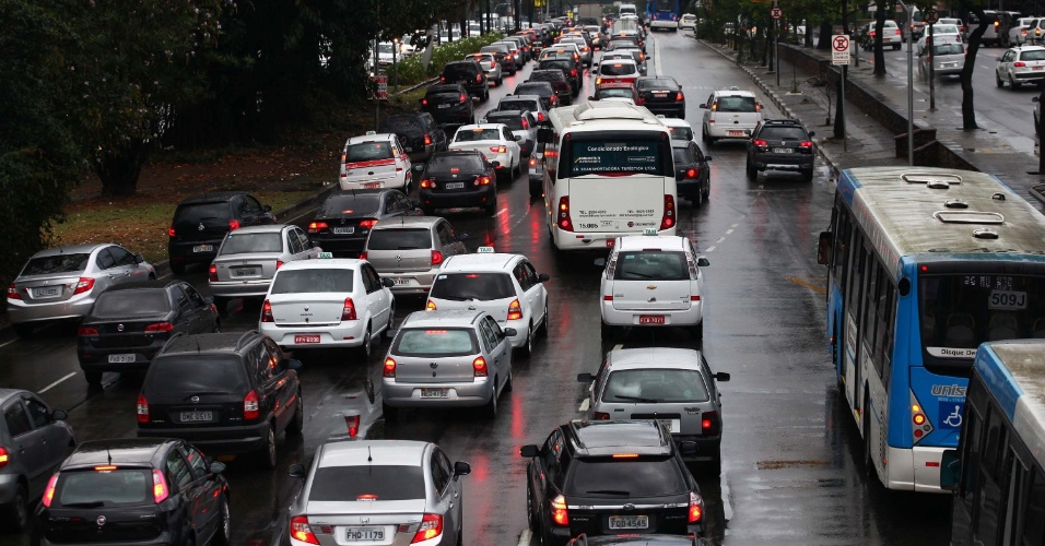 23.set.2013 - Trânsito intenso é registrado na avenida Washington Luis, zona sul de São Paulo, na manhã desta segunda-feira (23). A cidade bateu no recorde de trânsito para o período da manhã: às 9h a CET (Companhia de Engenharia de Tráfego) registrou 151 km de filas