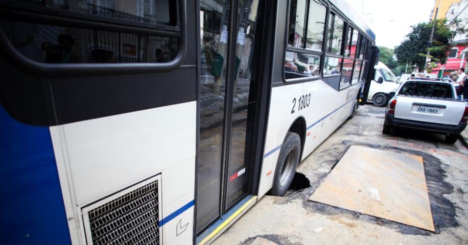 23.set.2013 - Um ônibus e uma van caíram em buracos que abriram no asfalto na rua Dona Veridiana, no centro de São Paulo, na manhã desta segunda-feira (23). Ninguém ficou ferido