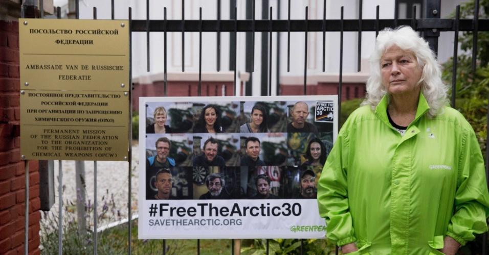 24.set.2013 - A diretora do Greenpeace, Sylvia Borren, faz manifestação em frente à embaixada russa em Haia, na Holanda, nesta terça-feira (24), contra a detenção de 30 integrantes da organização pela guarda costeira russa no Ártico, na sexta-feira (20). Autoridades russas abriram uma investigação por pirataria contra militantes do Greenpeace por sua ação contra uma plataforma petroleira da Gazprom