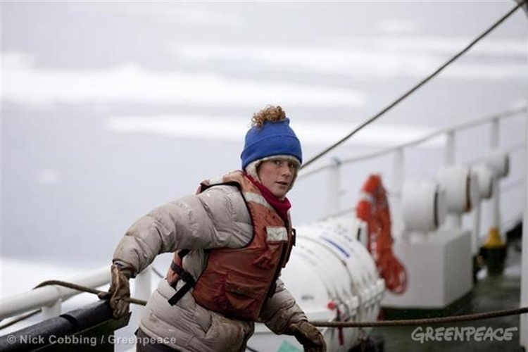 24.set.2013 - Ativistas do Greenpeace são retirados de navio e encaminhados para escritório do Comitê de Investigações Russo, em Murmansk. Desde o dia 18 de setembro, guardas da fronteira russa detiveram um navio e a tripulação da ONG, que foram levados ao porto depois de o navio ser rebocado do mar do ártico. A brasileira Ana Paula Alminhama Maciel, de 31 anos, está entre os tripulantes detidos