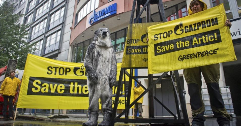 24.set.2013 -  Grupo de ativistas do Greenpeace protesta na sede da empresa russa de petróleo Gazprom, em Berlim, para pedir a liberação de 30 tripulantes detidos ao protestar no mar do ártico