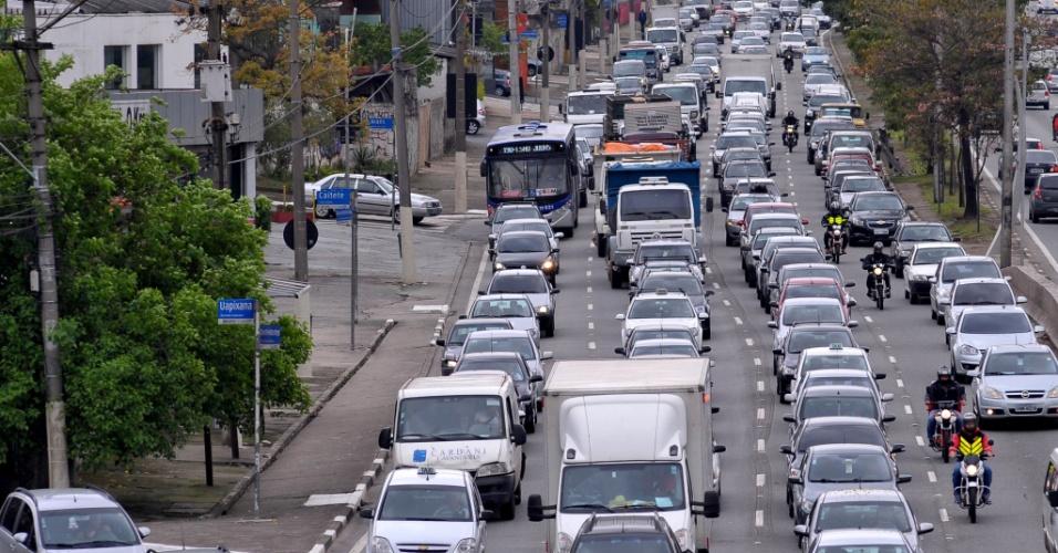 24.set.2013 - O trânsito ficou lento na avenida Bandeirantes, sentido marginal Pinheiros, na zona sul de São Paulo, no início da tarde desta terça-feira (24)