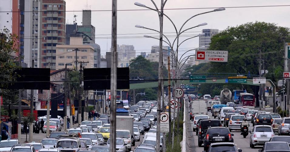 24.set.2013 - O trânsito ficou lento na avenida Moreira Guimarães, na zona sul, próximo ao aeroporto de Congonhas, no início da tarde desta nesta terça-feira (24), nos dois sentidos