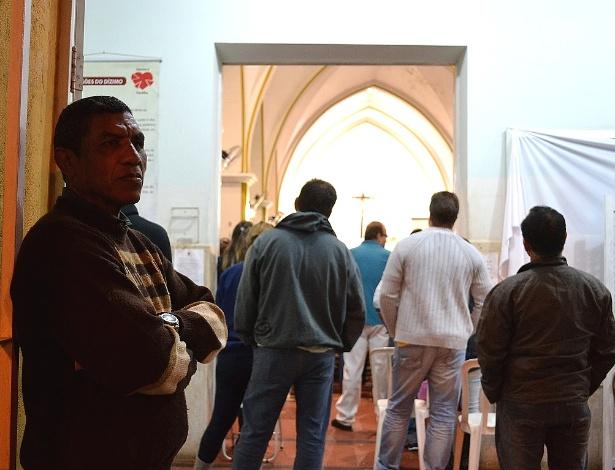 Ailton Alves Bispo (à esq.), segurança contratado pela Santuário Nossa Senhora Aparecida, em Bauru (SP), para proteger os fiéis