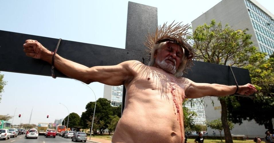 Cruz Simbolizando Jesus Cristo Cruficificado Participa De Protesto