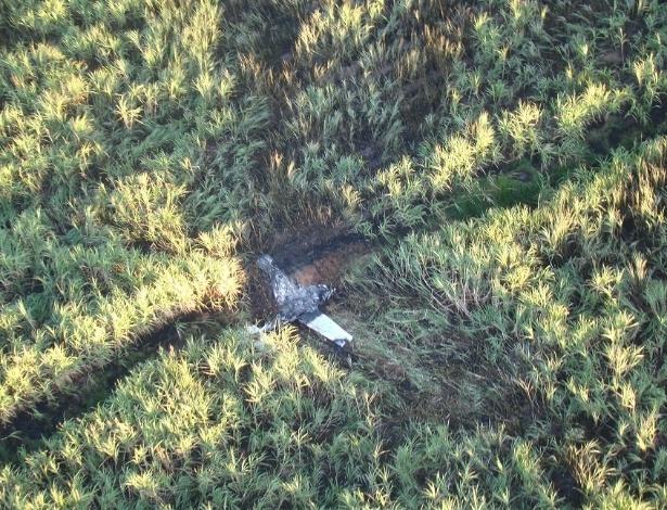 26.set.2013 - Avião de pequeno porte derrubado pela Polícia Federal na noite desta quarta-feira (25) ao tentar aterrissar em uma pista clandestina