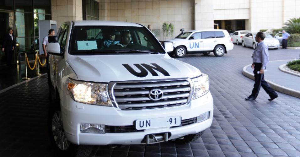 26.set.2013 - Carro da ONU (Organização das Nações Unidas), com o perito-chefe Ake Sellstrom a bordo, deixa um hotel em Damasco, na Síria. Os especialistas chegaram ao país na quarta-feira (25), em sua segunda missão ao país, onde vão analisar cerca de 14 supostos incidentes envolvendo o uso de armas químicas