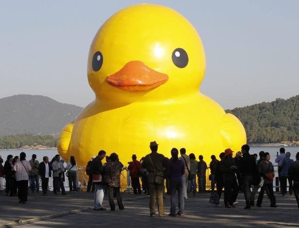 26.set.2013 - Chineses observam nesta quinta-feira (26) pato de borracha de 18 metros no lago do Palácio do Verão, em Pequim. A obra, do artista holandês Florentijn Hofman, está em exibição no país até 26 de outubro