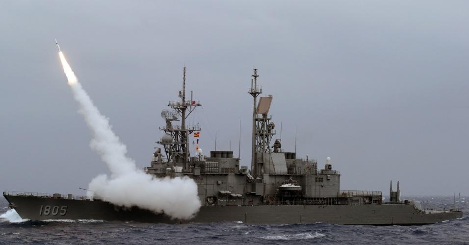 26.set.2013 - Destróier taiwanês lança míssil anti-aéreo nesta quinta-feira (26) na costa leste da região, durante exercício militar que simula um ataque chinês